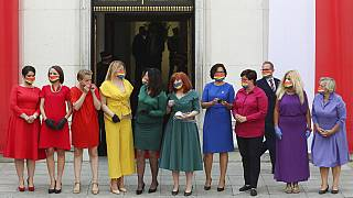 Polonia, agosto 2020: esponenti dell'opposizione indossano i colori arcobaleno durante il giuramento del Presidente Duda