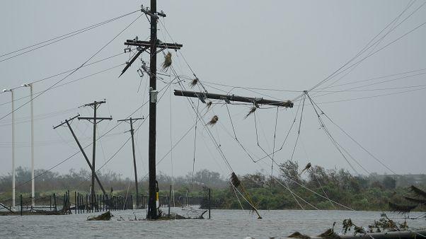 من الأضرار التي تسبب بها الإعصار لورا