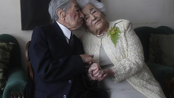 Her ikisi de emekli öğretmen olan evli çift. Julio Mora Tapia 110 yaşında (sağda) ve 104 yaşındaki kocası Waldramina Quinteros, Ekvador'daki evlerinde otururken