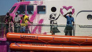 من على متن سفينة الإنقاذ التي استأجرها بانكسي