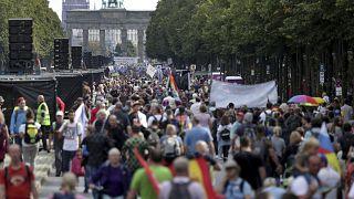 بدأ المتظاهرون بالتوافد منذ صباح اليوم إلى وسط المدينة