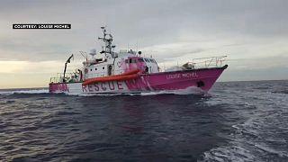وفق الإعلام البريطاني، أنقذت السفينية التي يموّلها بانكسي عشرات المهاجرين في المتوسط