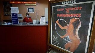 Covid-19 : le dernier cinéma porno de Rome menacé