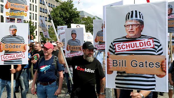 """La gente asiste a una protesta en Berlín, Alemania, el 29 de agosto de 2020 contra las restricciones del coronavirus. Un letrero con Bill Gates en el que se lee """"Culpable""""."""