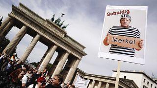 Almanya'nın başkenti Berlin'de binlerce insan koronavirüs kısıtlamalarını protesto etmek için yürüdü.