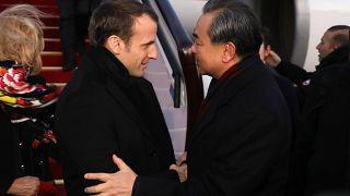 Fransa Cumhurbaşkanı Emmanuel Macron ve Çin Devlet Konseyi Üyesi Wang Yi