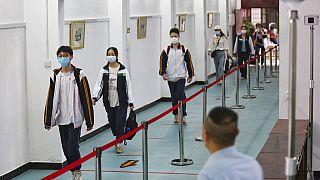 Çin'in Vuhan kentinde okula giden lise öğrencileri