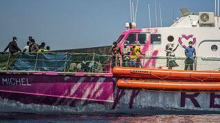 Banksy'nin satın aldığı kurtarma gemisi 219 mülteci ile yardım bekliyor.