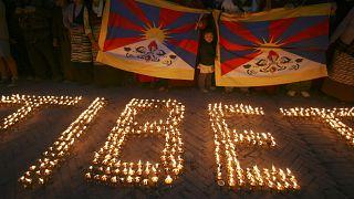 Tibet'in bağımsızlığı için mücadele eden sürgündeki aktivistler, mumlarla Tibet yazdı. // Nepal (arşiv)