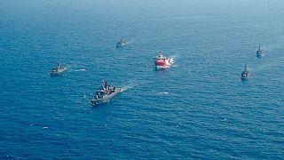 کشتیهای نیروی دریایی ترکیه در کنار شناور «عروچ رئيس»