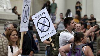 """Un manifestante sostiene una pancarta que dice """"Vacunación obligatoria, no con nosotros"""" en Viena, Austria, el 29 de agosto de 2020."""