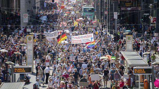 Felvonultak Berlinben a koronavírus-tagadók
