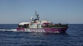 Soccorsi tutti i migranti della nave di Banksy. I più vulnerabili sono a Lampedusa