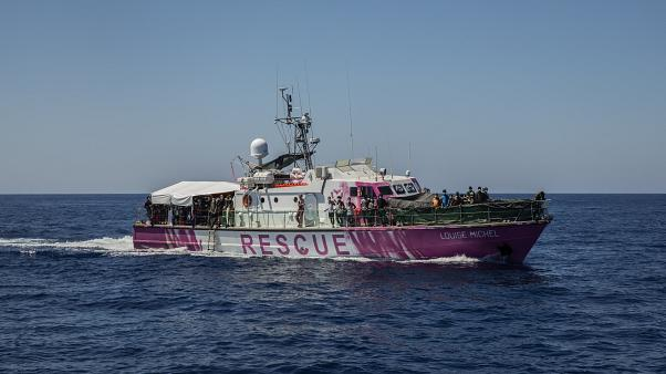 "Migrantes a bordo do ""Louise Michel"" em terra firme"