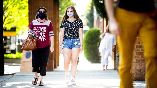 Πολίτες με μάσκες στις ΗΠΑ