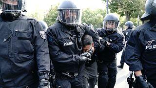 Almanya'nın başkenti Berlin'de maske karşıtı gösteride eylemciler, parlamento binasını basmak istedi