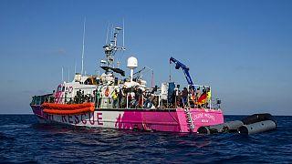 """Banksy'nin sağladığı mali kaynakla Akdeniz'de göçmenleri kurtaran """"Louise Michel"""" isimli tekneden alınan çoğu kadın ve çocuk 49 göçmen Lampedusa'ya nakledildi"""