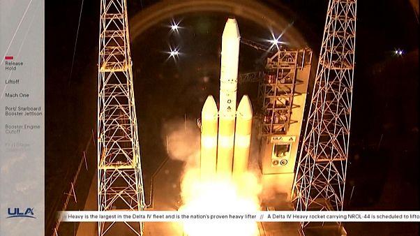 موشک سنگین دلتا-۴ پس از روشن شدن موتورها