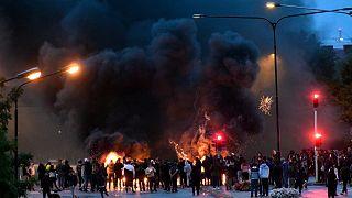 Des contre-manifestants brûlent des pneus et des palettes après que des manifestants d'extrême-droite ont brûlé des pages du Coran à Malmö en Suède, le 29 août 2020