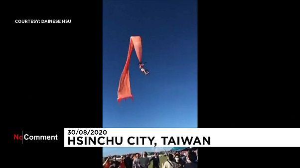 Tayvan'da uçurtmaya takılan 3 yaşındaki kız çocuğu metrelerce havaya uçtu