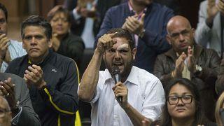 El diputado opositor Juan Requesens fue puesto en arresto domiciliario después de haber pasado más de dos años en la cárcel. La medida podría ser un gesto de Nicolás Maduro.