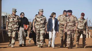 وزيرة الدفاع الفرنسية فلورنس بارلي ورئيس هيئة الأركان في الجيش الفرنسي يصلان إلى غاو في مالي. 27/11/2019
