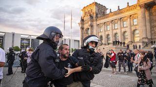 Задержание демонстранта у здания Рейхстага в Берлине 29 августа 2020