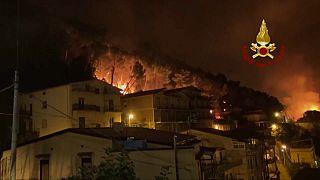 Le fiamme dell'incendio scoppiato ad Altofonte, Palermo