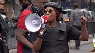 شاهد: متظاهرون يفترشون الأرض تنديداً بعنف الشرطة في بريطانيا