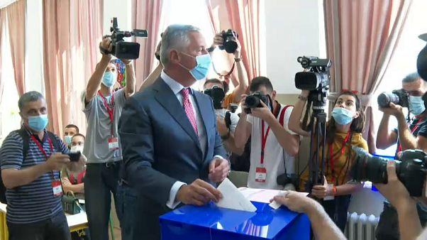 Législatives au Monténégro : le parti au pouvoir l'emporte mais est menacé