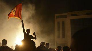 Supporter dell'opposizione festeggiano nella notte a Podgorica