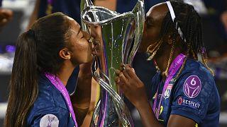Las jugadoras del Lyon posan con el trofeo después de ganar la final de la Liga de Campeones Femenina en el estadio Anoeta de San Sebastián, España.