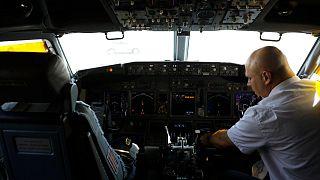 أحد أفراد طاقم الطائرة الإسرائيلية التي ستقل وفدا إسرائيليا وأمريكيا إلى أبو ظبي - تل أبيب 2020/08/31