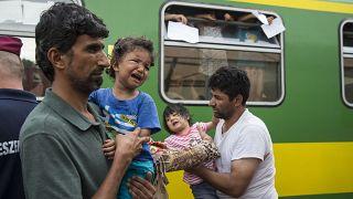 Budapeşte Garı'nda bekleyen düzensiz göçmenler