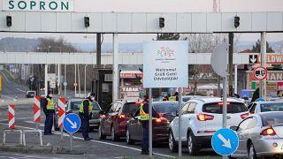Várakozó autók a magyar-osztrák határon, a Sopron és Klingenbach (Kelénpatak) közötti átkelőn 2020. március 16-án