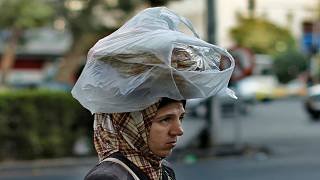 مواطنة سورية في العاصمة دمشق تحمل خبزاً على رأسها