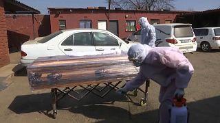 Afrique du Sud : La pandémie perturbe les rites funéraires traditionnels