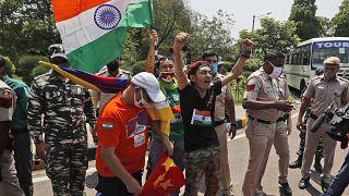 Un gruppo di tibetani in esilio grida slogan contro il governo cinese fuori dall'ambasciata cinese a Nuova Delhi, India, l'11 luglio 2020