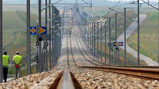 Fransa'nın başkenti Paris yakınlarındaki hızlı tren hattında yürüyen çalışanlar (arşiv)