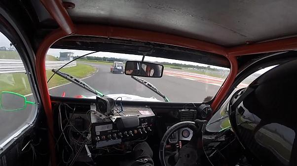 2CV-Rennen in England: Wenn Enten ganz schnell unterwegs sind