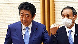 Japonya Başbakanı Şinzo Abe ile iktidar partisi Genel Sekreteri  Yoshihide Suga