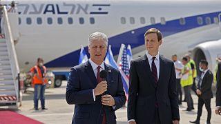 مستشار الرئيس الأمريكي جاريد كوشنر ،رفقة مستشار الأمن القومي الأمريكي روبرت أوبراين في مطار تل أبيب