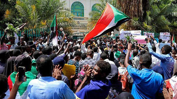 Hartum'da hükümete reform çağrısı yapan göstericiler