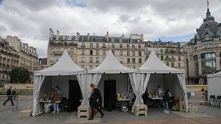 چادرهای موقت برای آزمایش رایگان کرونا در پاریس