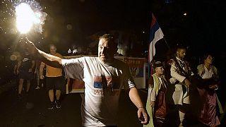 Un partidario de la oposición enciende una antorcha durante una protesta encabezada por la iglesia en Podgorica, Montenegro, el jueves 27 de agosto de 2020.