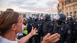 تجمع پلیس مقابل ساختمان پارلمان آلمان