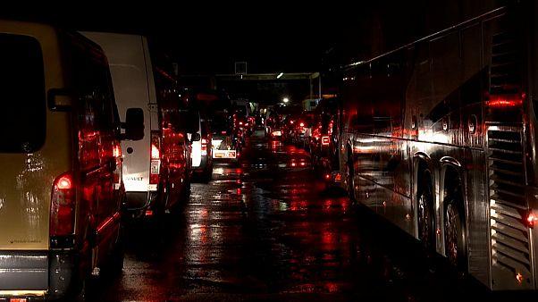 Largas colas de vehículos en el paso fronterizo de Hegyeshalom
