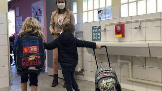 معلمة ترحب بالتلاميذ في اليوم الأول من العام الدراسي الجديد في مدرسة للتعليم الأساسي خارج باريس / 2020/09/01