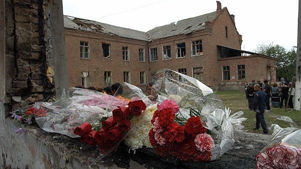 Цветы у школы №1 в Беслане, 5 сентября 2004