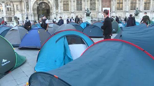 Menekültek sátrai a párizsi városháza előtt